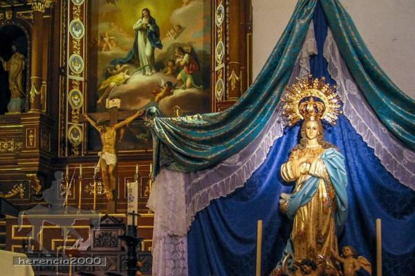 Imagen de la Inmaculada Concepción, al fondo el retablo de la iglesia