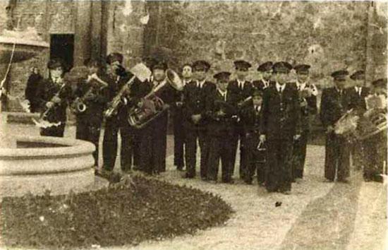 Actuacion-de-la-banda-de-musica-en-la-plaza-de-España-1948