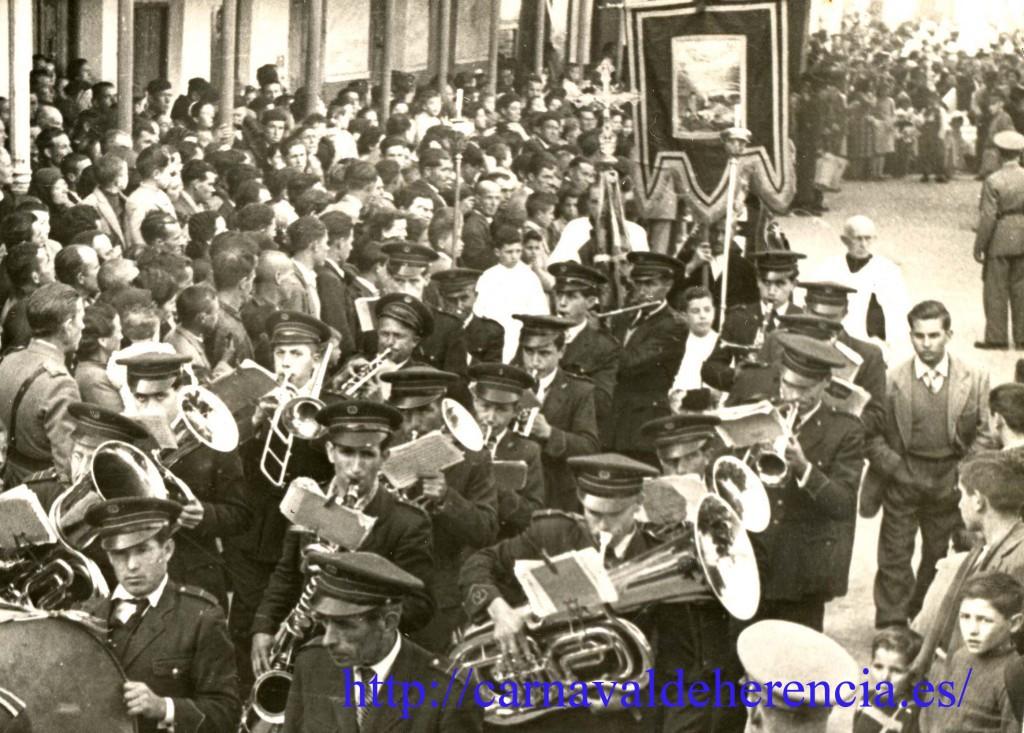 Estandarte de Ánimas en el desfile del Ofertorio de Herencia